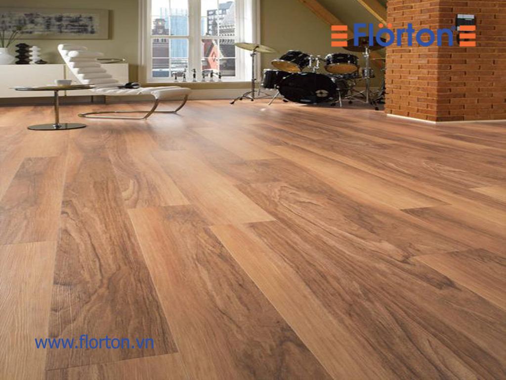 Sàn gỗ công nghiệp Florton có khả năng chịu nước tốt, sản phẩm chịu được thời tiết nồm ẩm ở Việt Nam.