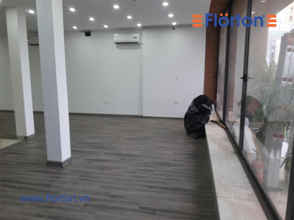 Sàn gỗ FLORTON FL669 tont màu xám cá tính, năng động, trẻ trung.