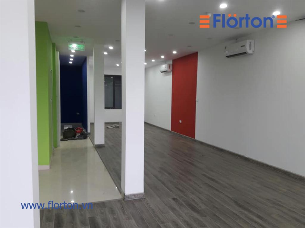 Florton với bề mặt sần vân gỗ chống trơn trượt, đảm bảo an toàn cho không gian đông người.