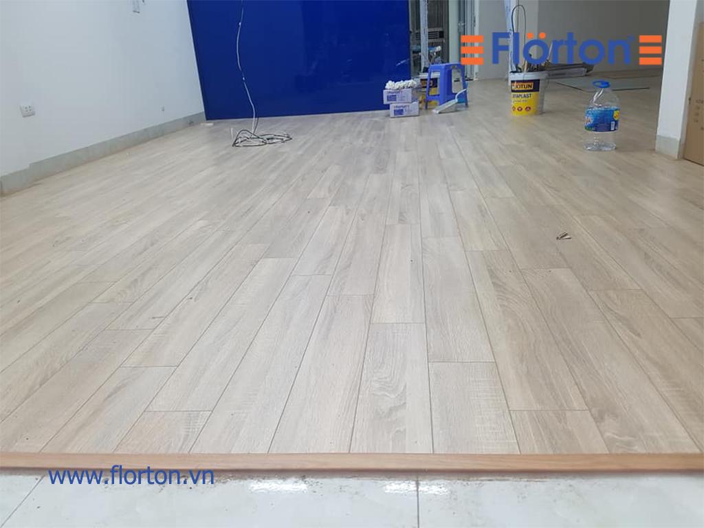 Sàn gỗ Florton FL803 lắp đặt phòng khách và phòng bếp nhà chị Phương.