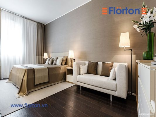Màu sàn gỗ công nghiệp đồng điệu với màu ga trải giường