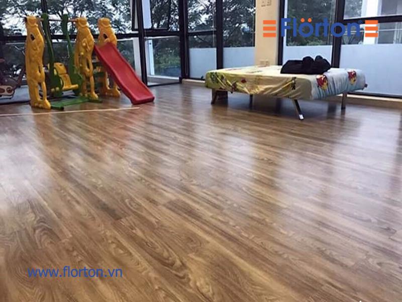 sàn gỗ giá rẻ lát cửa hàng