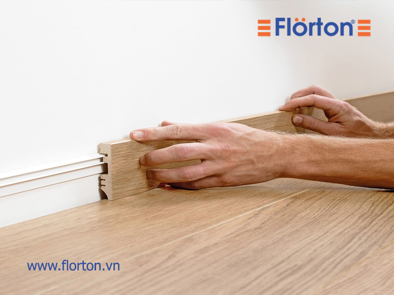lắp đặt phào chân tường là bước cuối cùng để có một mặt sàn hoàn chỉnh