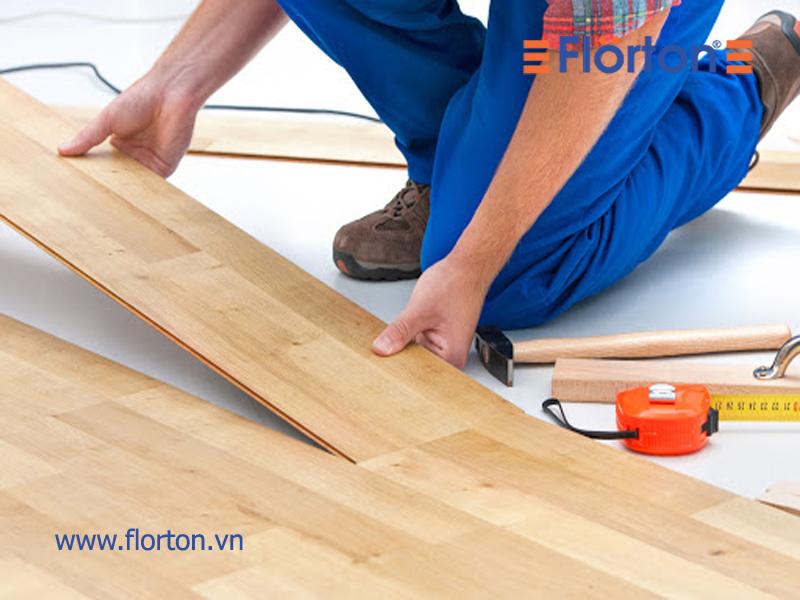 Lắp ghép các tấm ván sàn tạo thành một mặt sàn hoàn chỉnh